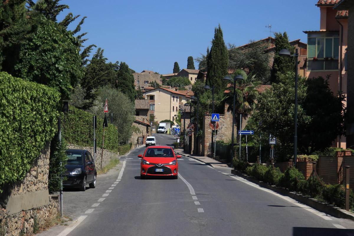 Kırmızı araba San Gimignano