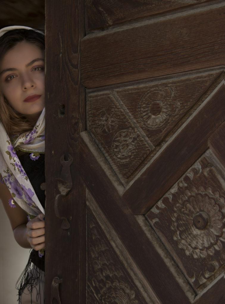 Ermeni usta tarafından yapılmış kapı. İşlemeler ortasına yerleştirilen paranın yeri hala belli