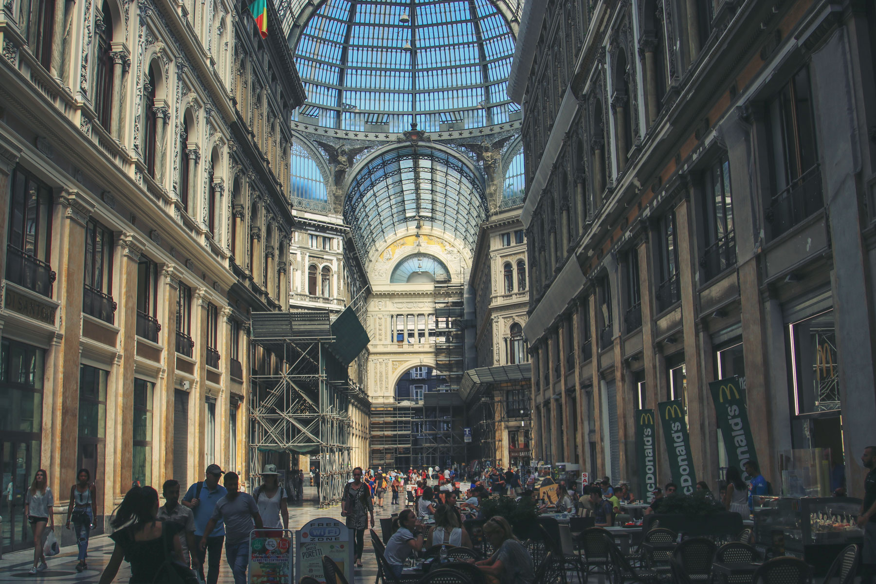 www.hakanaydın.com.tr ÇekerGezeR Hakan Aydın Napoli, Italy - İtalya