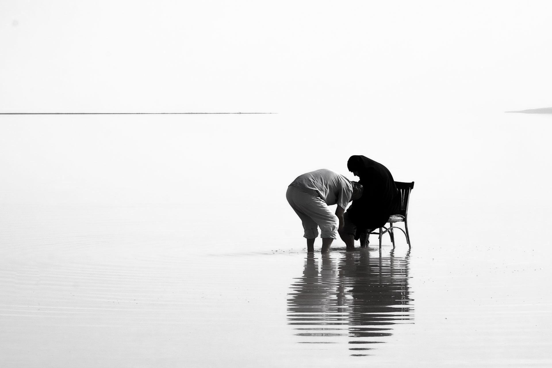 Tuz Gölü Fotoğrafları Tuz gölü resimleri tuz gölünde  karısının ayaklarını yıkayan adam Çekergezer Hakan Aydın Fotoğrafları Tuz Gölü görselleri