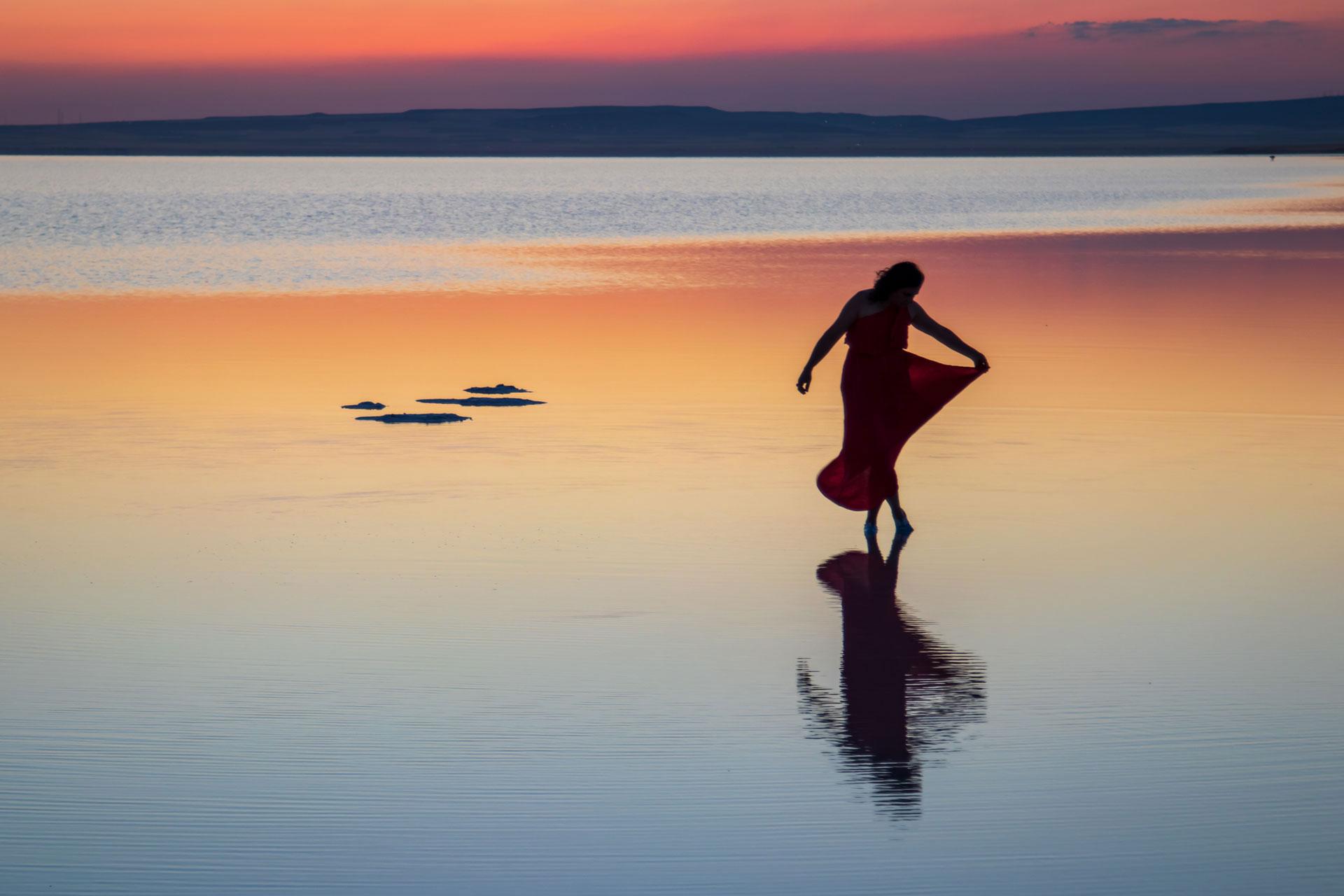 Tuz Gölü Fotoğrafları Tuz gölü resimleri Sunset Gün batımında yürüyen kadın ve yalnızlık Çekergezer Hakan Aydın Fotoğrafları Tuz Gölü görselleri