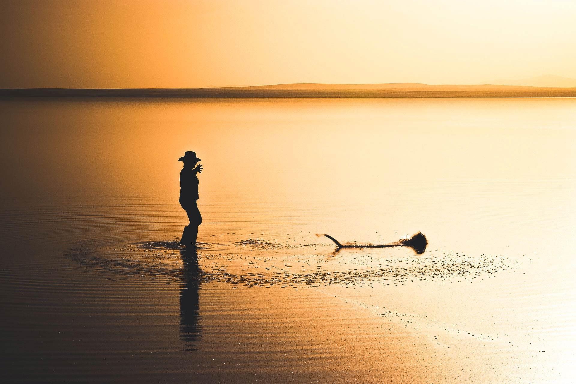Tuz Gölü Fotoğrafları Tuz gölü resimleri Sunset Gün batımında ağ atan kadın Çekergezer Hakan Aydın Fotoğrafları Tuz Gölü görselleri