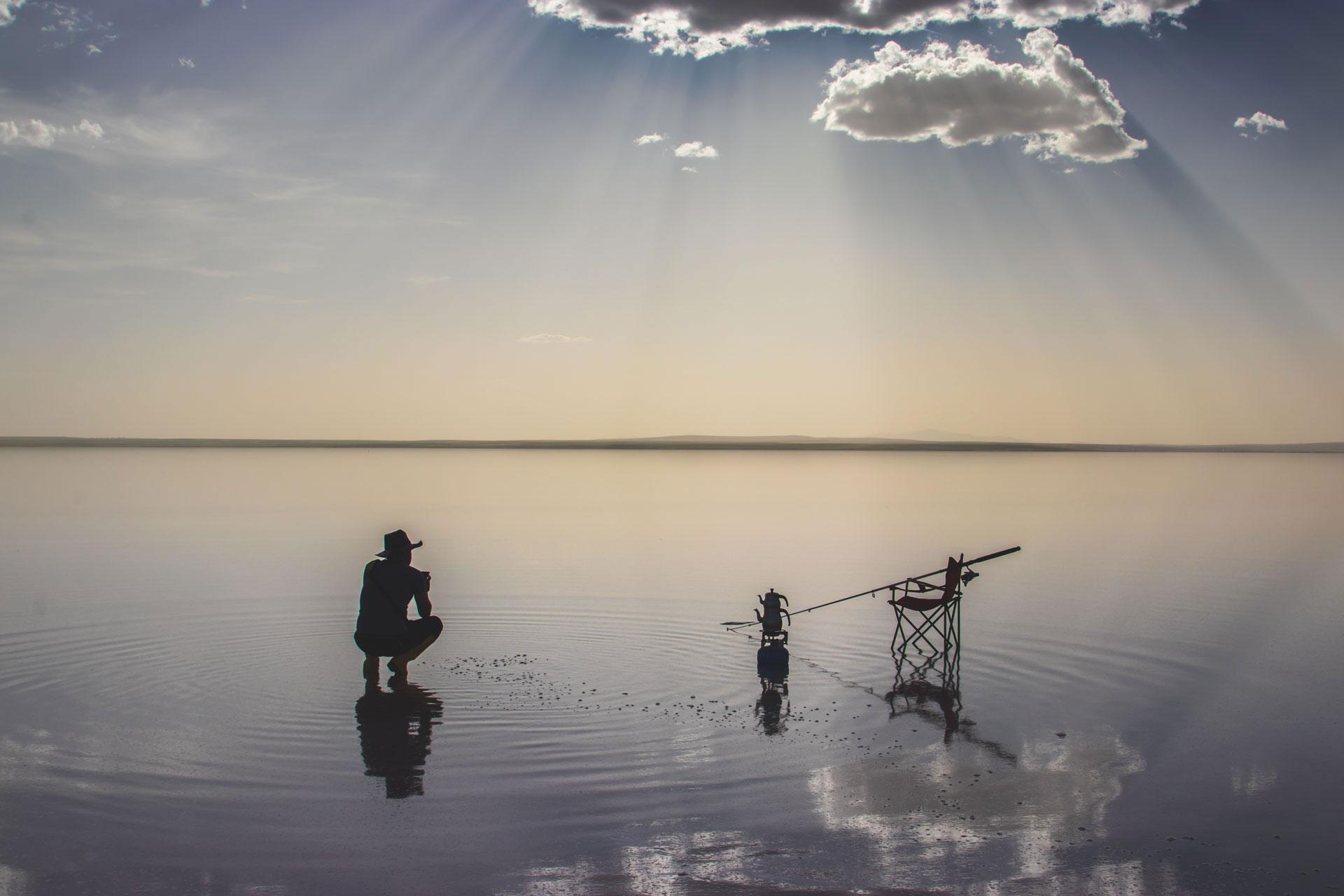 Tuz Gölü Fotoğrafları Tuz gölü resimleri Sunset Gün batımında balık bekleyen adam Çekergezer Hakan Aydın Fotoğrafları Tuz Gölü görselleri