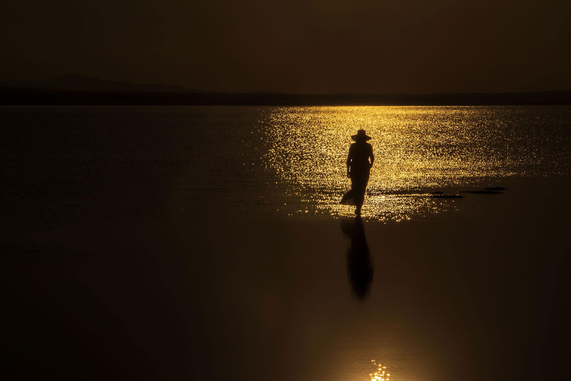 Tuz Gölü Fotoğrafları Tuz gölü resimleri Sunset Gün batımında yürüyen kadın Çekergezer Hakan Aydın Fotoğrafları Tuz Gölü görselleri