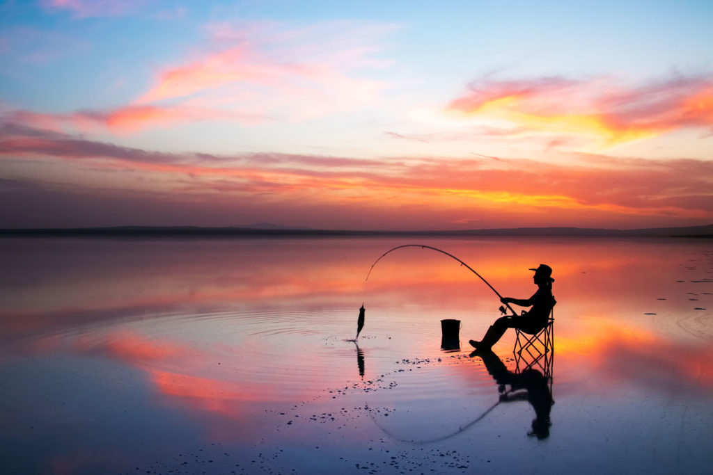 Tuz gölü'nde balık tutan adam