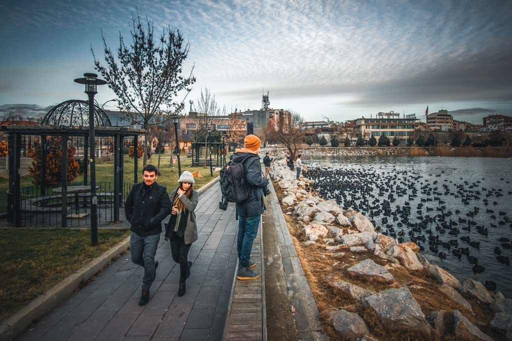 Mogan Gölünde yürüyen insanlar