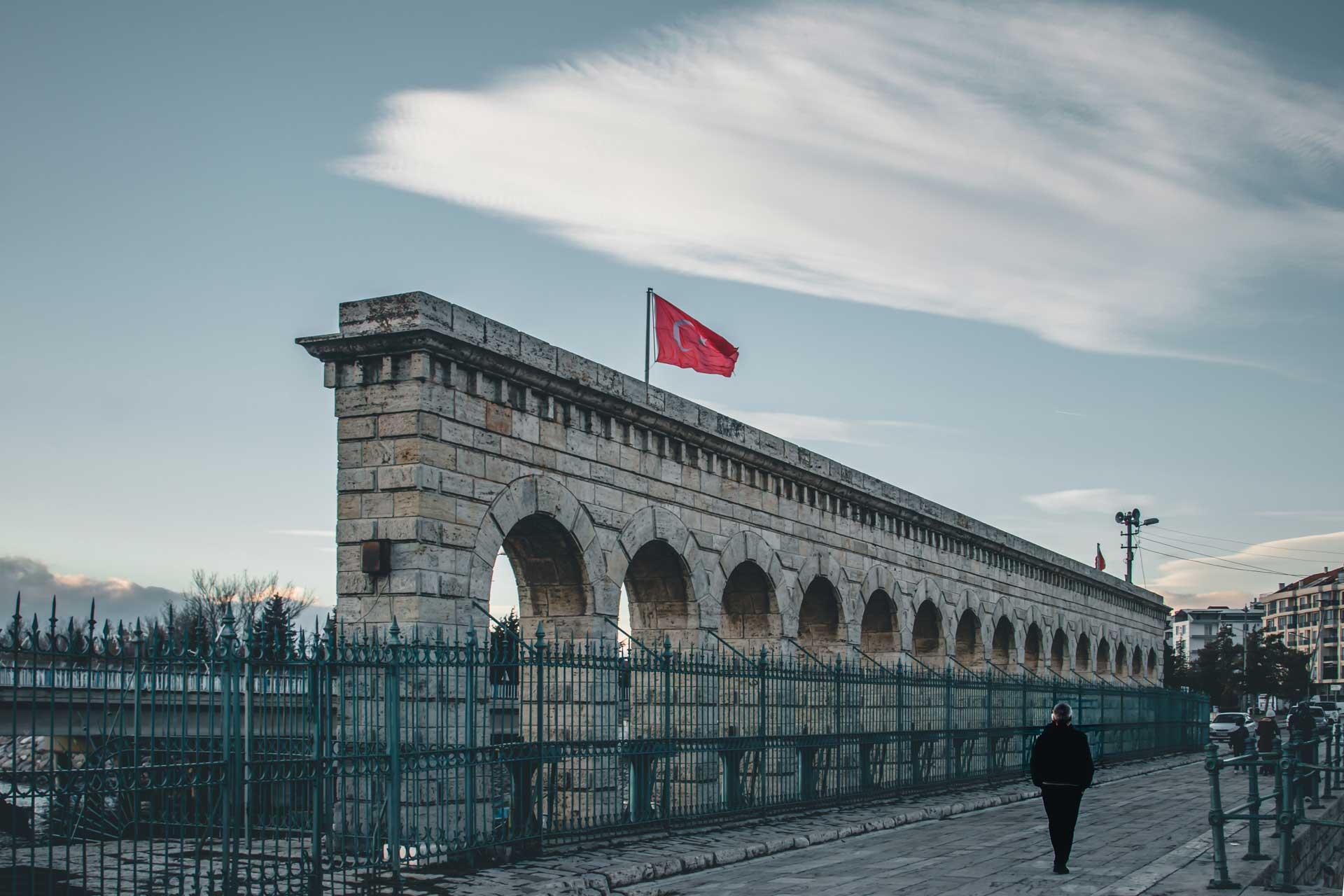 Beyşehir Fotoğrafları Taşköprü Bayrak ve Yürüyen Adam Çekergezer Hakan Aydın Fotoğrafları